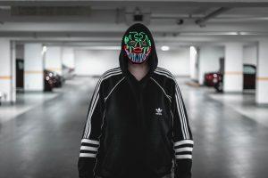 peur-afront-homme-masqué